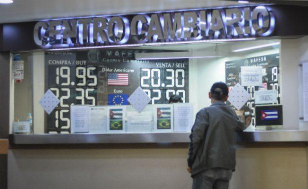 Dólar se cotiza hasta en 18.32 pesos en bancos de la CDMX