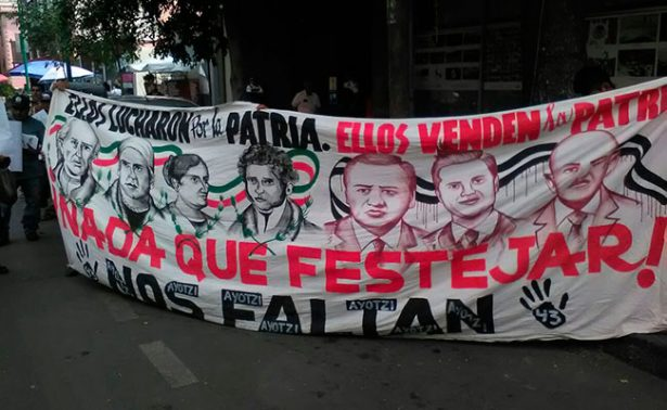 Padres de los 43 normalistas de Ayotzinapa se reúnen con Roberto Campa