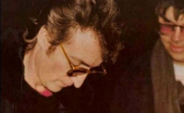 Ponen a la venta disco que John Lennon firmó a su asesino