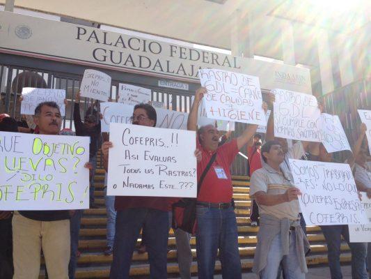 Se manifiestan empleados del Rastro en el Palacio Federal