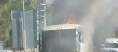 Camión de pasajeros se incendia en Tequila, Jalisco