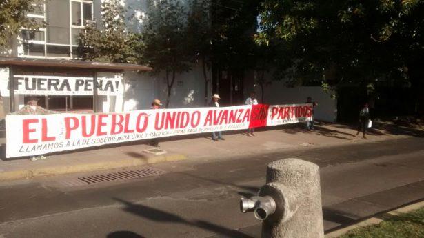 Manifestación itinerante llena de pancartas la ciudad
