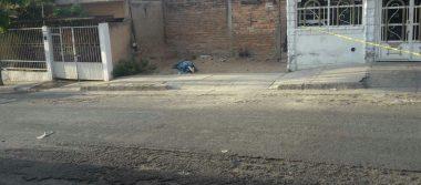 Abandonan cadáver encobijado en Guadalajara