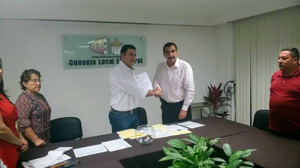 Víctor Chávez se registra a la candidatura a Gobernador