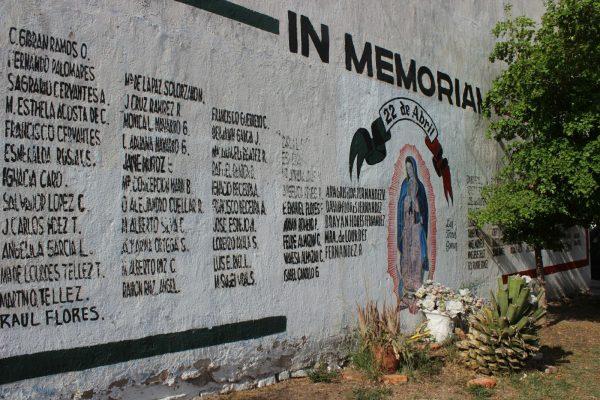 Entre autos y basura permanece el muro en memoria de fallecidos en explosiones 22 de abril