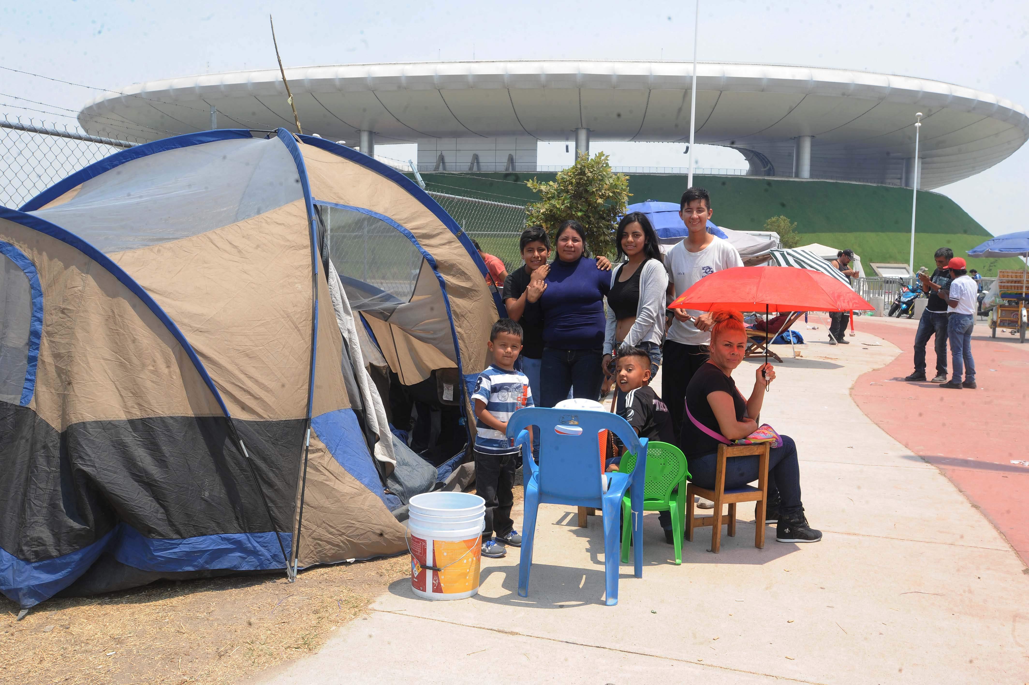 LA GENTE acudió a acampar desde el día domingo a las afueras del Estadio Chivas para poder conseguir un boleto.