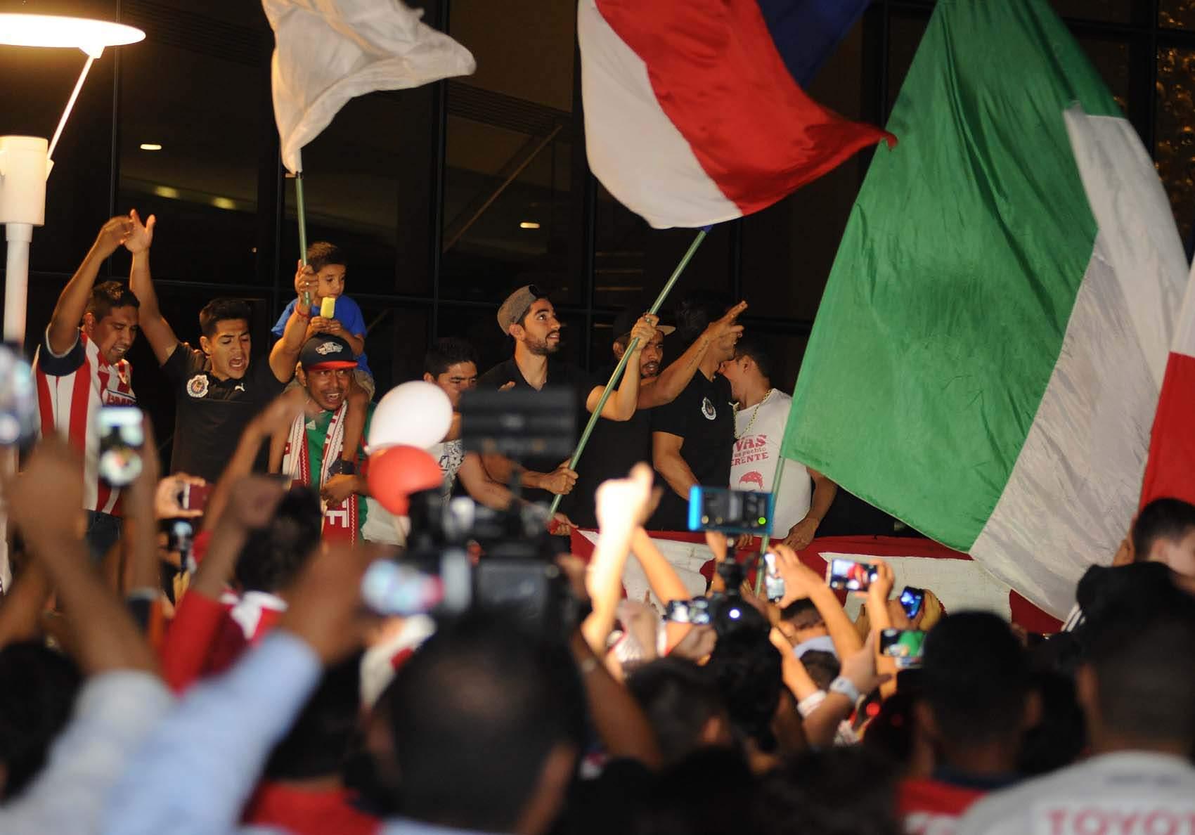 Afición de Chivas lleva serenata al hotel del equipo