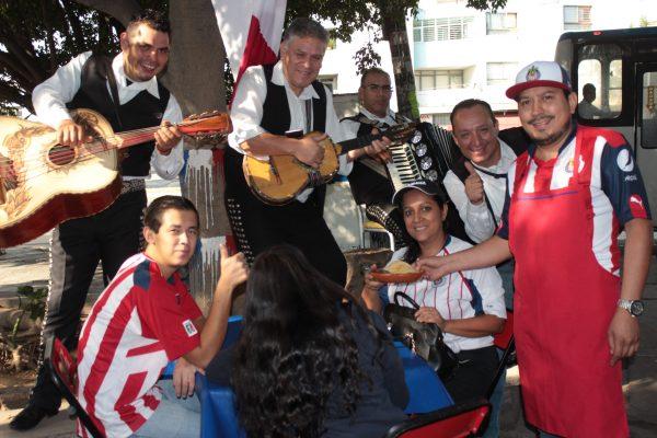 ¡Cumplieron! Regalan tacos y tortas por triunfo de Chivas