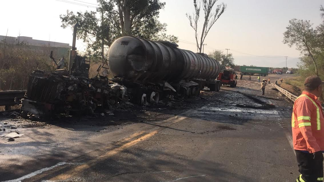 Chocan tres vehículos en autopista a Colima en Tuxpan