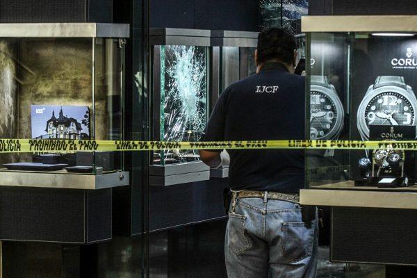 Grupo de sujetos armados asaltó una joyería de la Gran Plaza
