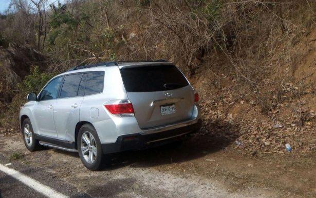 Hallan tres cuerpos en camioneta abandonada en Cihuatlán
