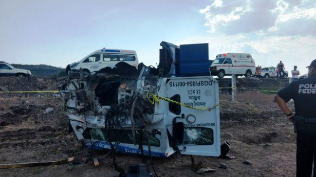 Fallecen tres custodios al volcarse camión de valores en Zapotlanejo