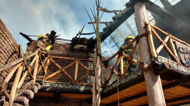 Apagan incendio en salón de eventos en Tonalá
