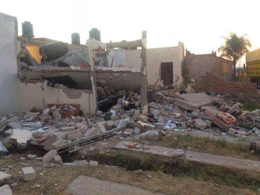 Colapsan dos viviendas y 23 queda dañadas por explosión de gas LP