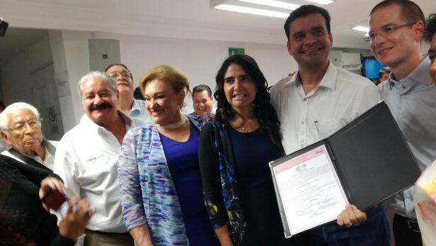 Antonio Echevarría García recibe contancia de mayoría