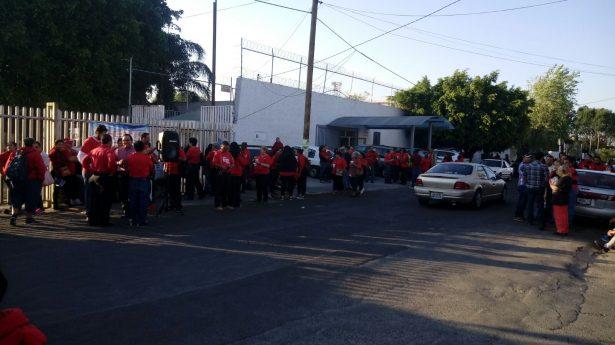 Empleados del DIF Zapopan se manifiestan en avenida Laureles y Periférico