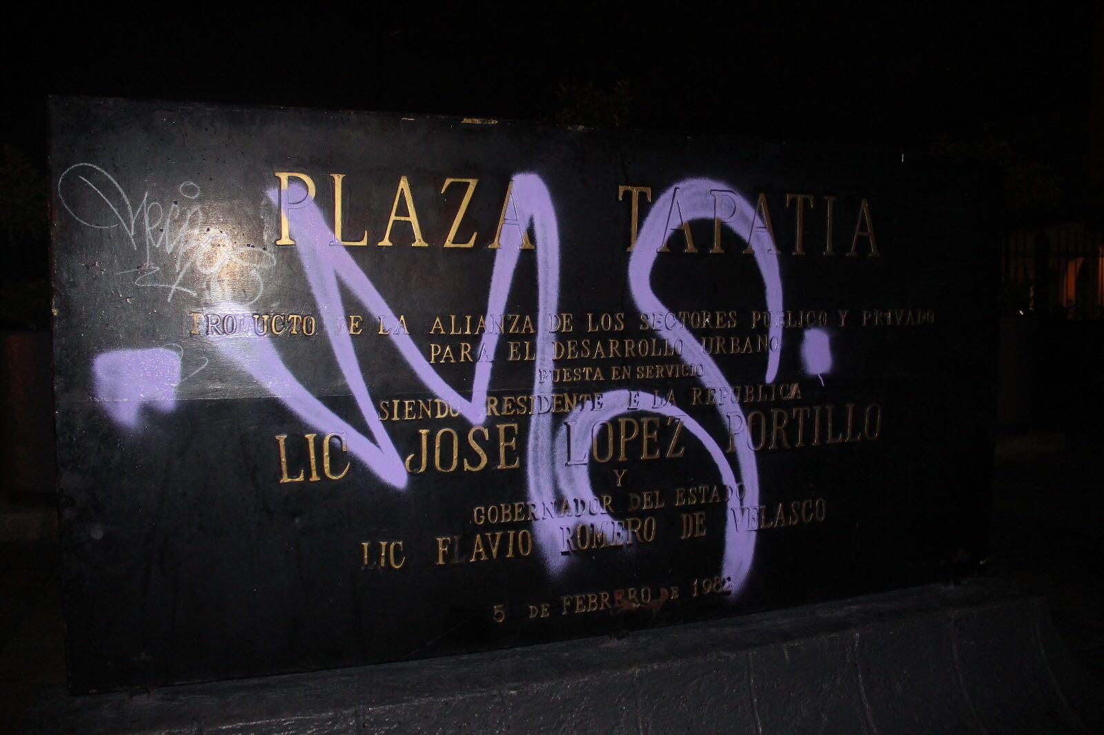 Grafitean fachada del teatro Degollado en Guadalajara