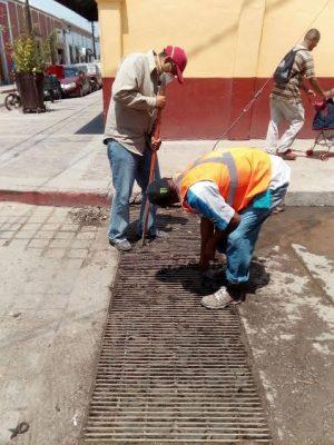 Se bloquean ductos de drenaje por basura en las calles de Lagos