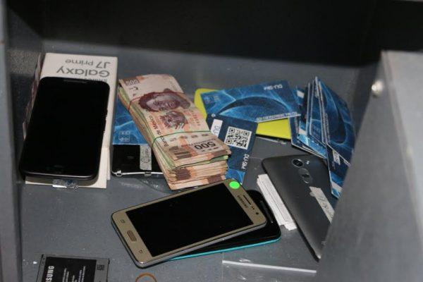FGJ asegura 333 celulares de dudosa procedencia y 50 mil pesos, en un local del Centro tapatío