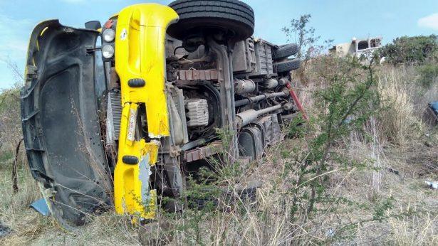 Dos muertos y 28 heridos deja volcadura de autobús