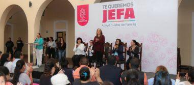 Entregan apoyos del programa Te Queremos Jefa