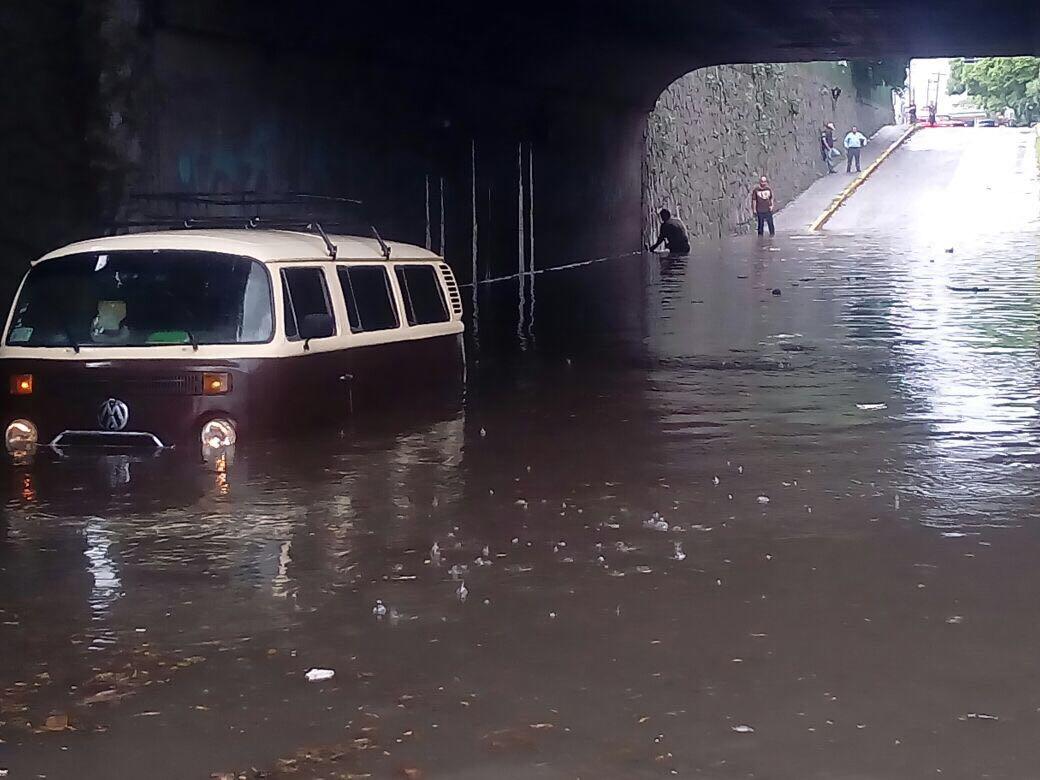 Deja encharcamientos severos y autos varados la tormenta registrada en la ZMG
