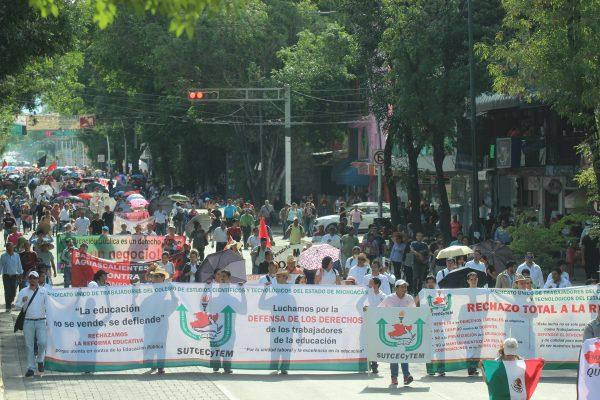 [Galería] Marchan maestros, piden reinstalación