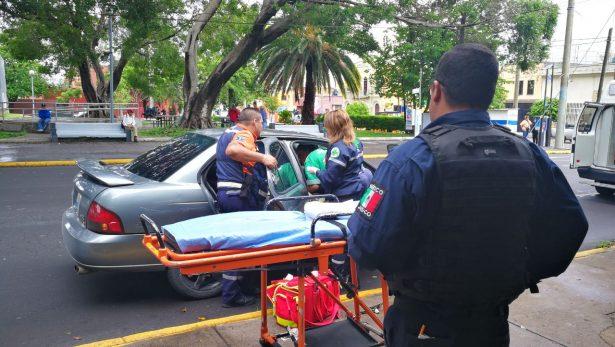 Policías tapatíos auxilian a mujer embarazada en parto en la vía pública