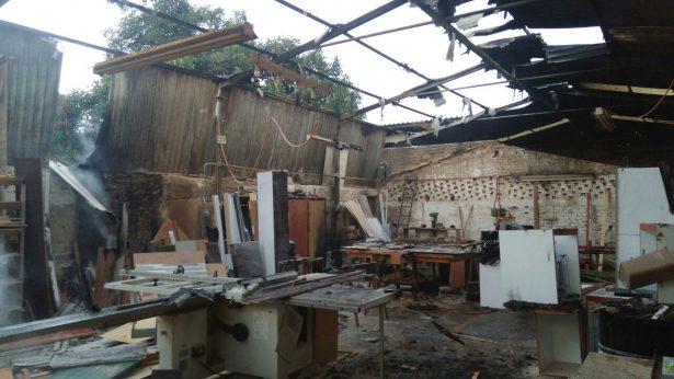 Incendio termina con techo de fábrica de muebles de Tlajomulco de Zúñiga