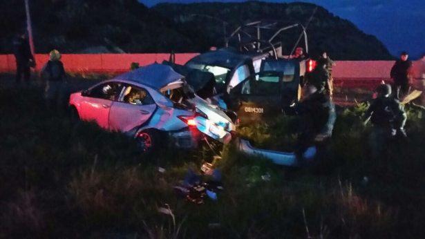 Mueren dos civiles al chocar contra una camioneta de la Sedena