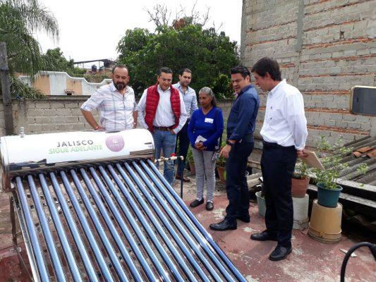 Entregan calentadores solares en Tonalá y El Salto