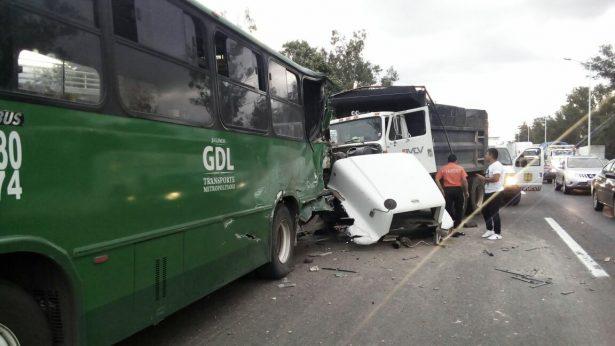 Choque entre autobús y volteo, dejó 22 heridos
