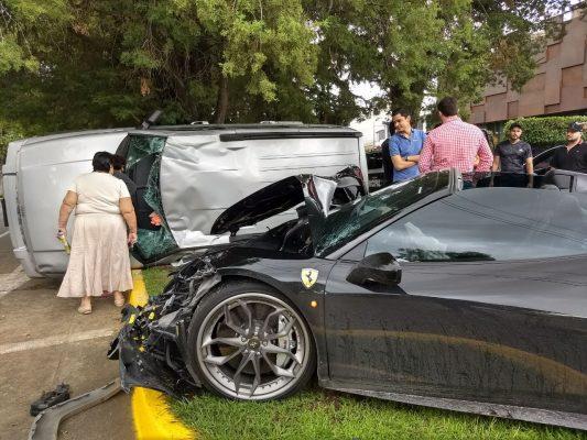 Destroza su Ferrari al chocar con camioneta