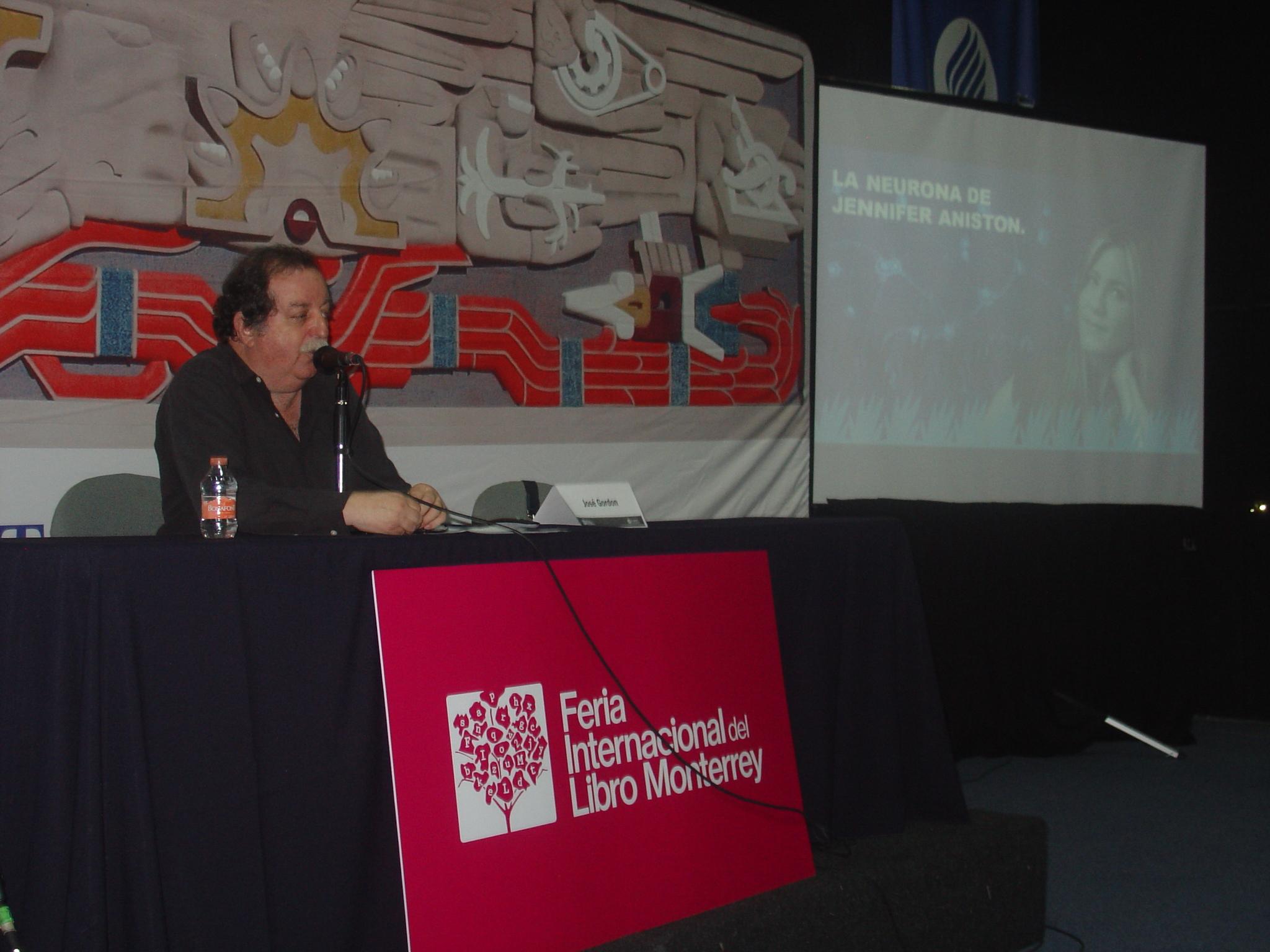 Durante  la XXVII FIL de Monterrey el periodista José Gordon en la presentación de su libro El Inconcebible Universo.