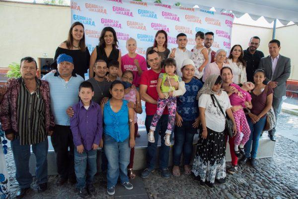 Extrellas del boxeo tapatío de visitan en el Albergue Fray Antonio Alcalde