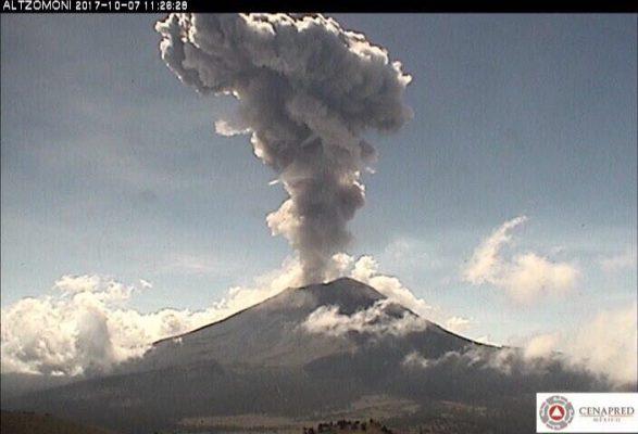 Volcán Popocatépetl emite exhalación que alcanza los dos kilómetros de altura
