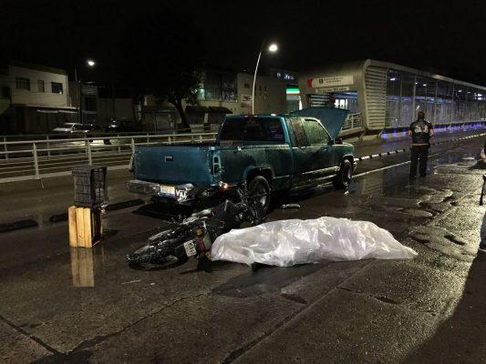 Muere motociclista al chocar contra una camioneta descompuesta en Guadalajara