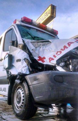 Paramédicos de Cruz Roja Tequila se accidentan al chocar contra una vaca durante el traslado de un paciente