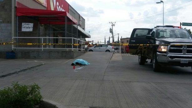 Matan a un hombre en el estacionamiento de un supermercado de Tlaquepaque