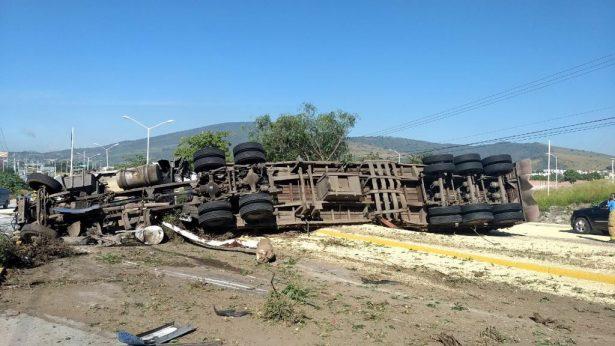 Doble remolque que transportaba maíz volcó en Tlajomulco