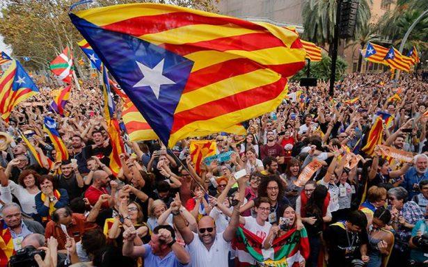 Miles de personas celebran la declaración de independencia en Cataluña