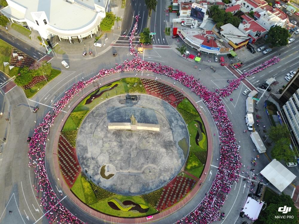 Realizan caminata contra el cáncer de mama en Zacatelco