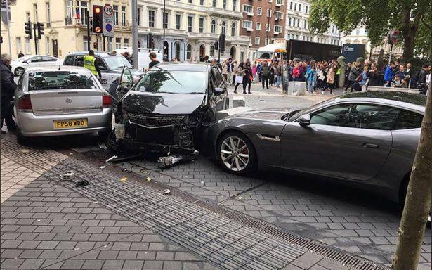 Policía antiterrorista investiga atropello que causó varios heridos en Londres