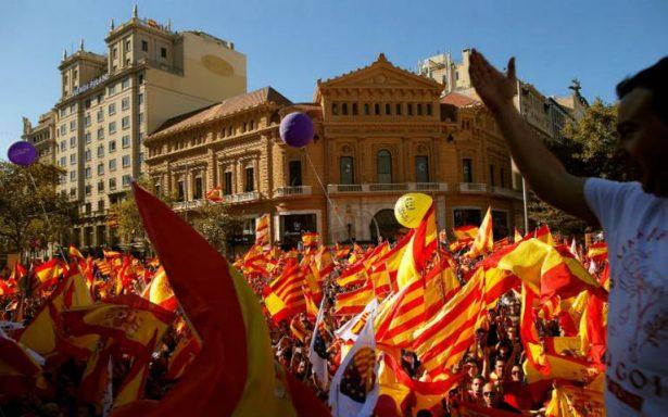 Miles de personas marchan en Cataluña a favor de la unidad de España