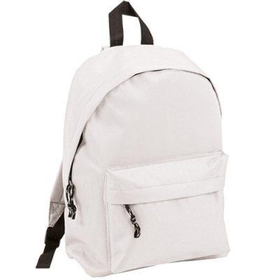 Cuelgan mochila blanca en memoria de estudiante asesinado