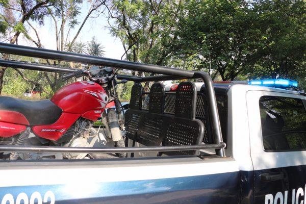 Arrestan a dos que quisieron huir de la Policía por viajar en moto robada