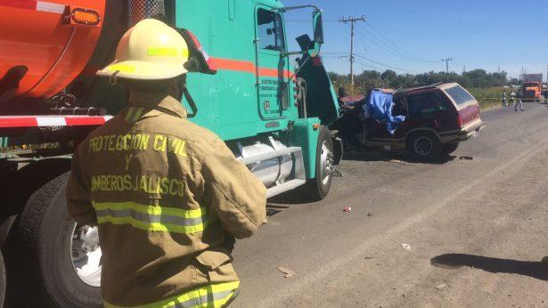 Fuerte choque entre un tráiler con una camioneta cobra una vida