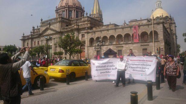 Movimiento Antorchista de Jalisco se manifiesta frente a Palacio de Gobierno