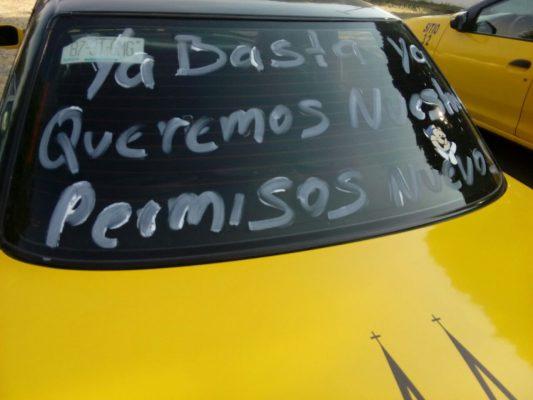 Inicia manifestación de operadores de taxi