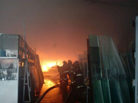 Sofocan incendio en fábrica de vidrios en Guadalajara